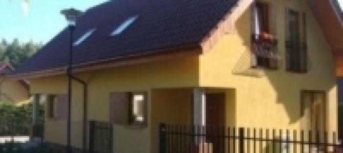 Oferujemy domkiw zabudowie bliźniaczej położone 300 metrów od plaży w miejscowości Poddąbie.  Każda z części składa sięz 3 pokoi (łącznie 8 miejsc do spania). Do dyspozycji w pełni wyposażona kuchnia, 2 ...